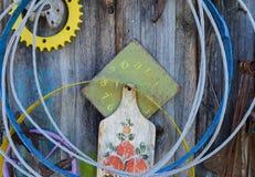 Coisas velhas que penduram na parede Fotos de Stock