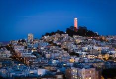Coit塔和房子小山的旧金山在晚上 图库摄影