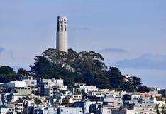 Coit-Turm, der über Fernschreiber-Hügel auftaucht Lizenzfreies Stockbild