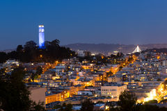 Coittoren en huizen in San Francisco bij nacht Stock Afbeeldingen