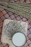 Coix lacryma-jobi som kokas i ett exponeringsglas på en brun bakgrund Royaltyfria Foton