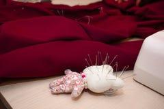 Cojín de costura Lugar de trabajo de la costurera foto de archivo libre de regalías