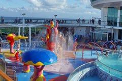 Cojín del chapoteo del ` s de los niños en un barco de cruceros imagenes de archivo