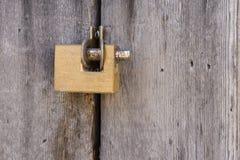 Cojín envejecido de la cerradura del oro del grunge en puerta de madera antigua del vintage Imágenes de archivo libres de regalías