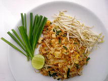 Cojín tailandés tailandés, tallarines de la comida del sofrito con el queso de soja en estilo del padthai El que está del plato p Fotografía de archivo