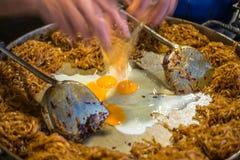 Cojín tailandés, tallarines del sofrito con el huevo imágenes de archivo libres de regalías