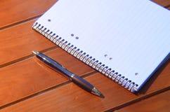 Cojín y pluma de nota Foto de archivo libre de regalías