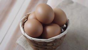 Coja los huevos de la cesta