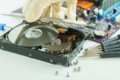 coja y abra la unidad de disco duro para la reparación dentro Imagenes de archivo