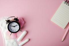 Cojines y tapones hyhienic del ciclo de las mujeres en fondo rosado Copie el espacio imágenes de archivo libres de regalías