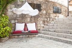 Cojines y una mesa de centro en Mostar Imagen de archivo libre de regalías