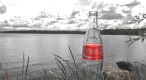 Coke e lago fotografia stock