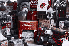 COKE et coca-cola de caverne d'homme photos stock
