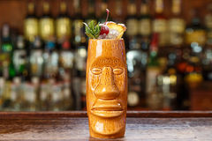 Coktail com rum na barra imagem de stock