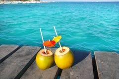 карибская древесина пристани coktails кокоса стоковое изображение