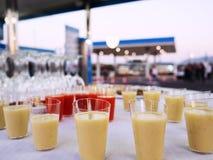 Coktails och drinkar på den vita tabellen deltagare royaltyfria foton