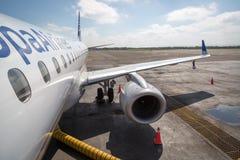 COLÔMBIA - 23 DE SETEMBRO DE 2013: Copa Airlines plano apronta-se embarcando na cidade de Cartagena, Colômbia Copa Airlines é Imagem de Stock