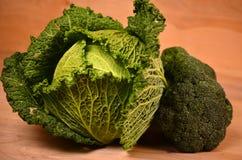 Col, coliflor, bróculi en fondo de madera Fotografía de archivo