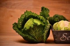 Col, coliflor, bróculi en fondo de madera Fotografía de archivo libre de regalías