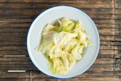 Col de China sofrita con la salsa de la ostra en el plato blanco de la lata Foto de archivo