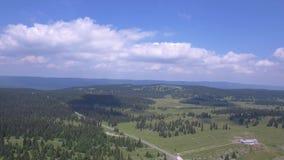 Col Du Marchairuz El 1447 m Jest wysokiej góry przepustka w jur górach w kantonie Vaud w Szwajcaria zdjęcie wideo