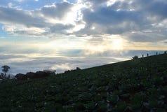 Col en acampar de la montaña y la opinión del cielo de la opinión de la nube sobre la tierra foto de archivo libre de regalías