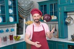 Col que lanza del cocinero emocionado para arriba y sonrisa foto de archivo libre de regalías