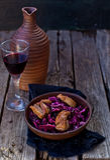 Col roja y ensalada picante de la pechuga de pato Fotografía de archivo