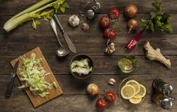 Col, tomates, ajo y cebollas en la tabla de madera vieja Fotografía de archivo libre de regalías
