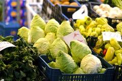 Col y pimientas verdes, mercado Foto de archivo