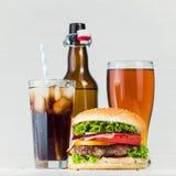 cola, cerveja e hamburguer fotografia de stock