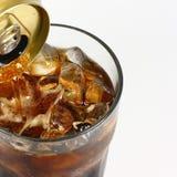 Cola che versa dalla latta di A Fotografia Stock Libera da Diritti
