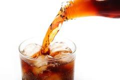 Cola che versa nel vetro Immagini Stock Libere da Diritti