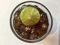 Cola com gelo e limão fotografia de stock royalty free