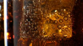 Cola con il fondo del ghiaccio Coke di versamento in vetro con i cubetti di ghiaccio stock footage