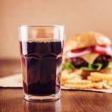 Cola con la hamburguesa Fotos de archivo