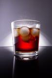 Cola con spruzzata dei cubetti di ghiaccio Fotografia Stock Libera da Diritti