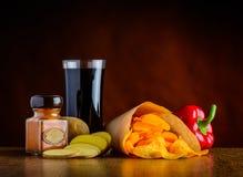 Cola, condimenti e Patata-chip Fotografie Stock