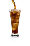 Cola de colada de la soda en un vidrio con hielo en blanco foto de archivo libre de regalías