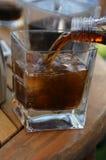 Cola de colada en el vidrio imagen de archivo