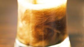 Cola de derramamento em um vidro vídeos de arquivo