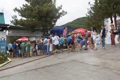 Cola de la gente en la estación más baja en Safari Park Gelendzhik, región de Krasnodar, Rusia del teleférico imagen de archivo libre de regalías