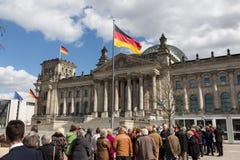 Cola de la gente que espera para conseguir en el edificio de Reichstag Fotografía de archivo