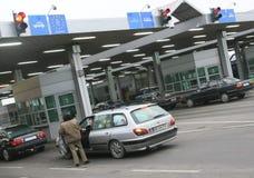 Cola de los coches que esperan en el paso de frontera Pulimento-ucraniano foto de archivo libre de regalías