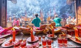 Cola de los peregrinos que apresura día de año nuevo del incienso del templo Imágenes de archivo libres de regalías