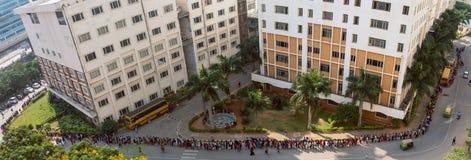 Cola delante de la universidad para el evento de la universidad foto de archivo