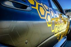 Cola do carro com o close up carbônico do envoltório do vinil imagens de stock