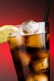 Cola e hielo - ascendente cercano de la vertical Fotos de archivo