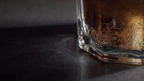 Cola e hielo en vidrio almacen de metraje de vídeo