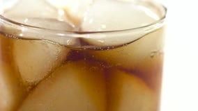 Cola e hielo sabrosos en vidrio almacen de video